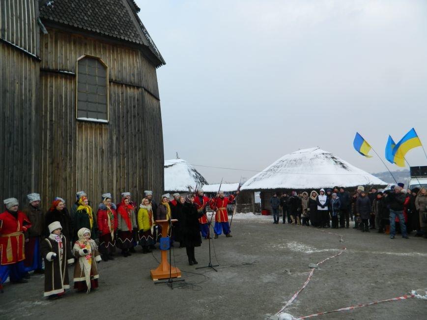 День Соборности: на Хортице запорожцы сформировали живую цепь в виде карты Украины, - ФОТОРЕПОРТАЖ (фото) - фото 4