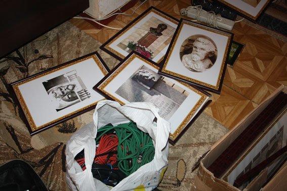 Кременчужани вкрали картини в рамках із сільської школи, щоб поставити туди свої фото (фото) - фото 2