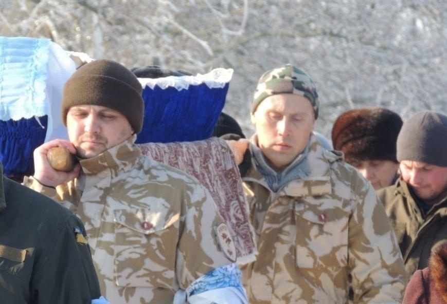 Николаевщина провела погибших бойцов АТО в последний путь, стоя на коленях (ФОТО) (фото) - фото 2