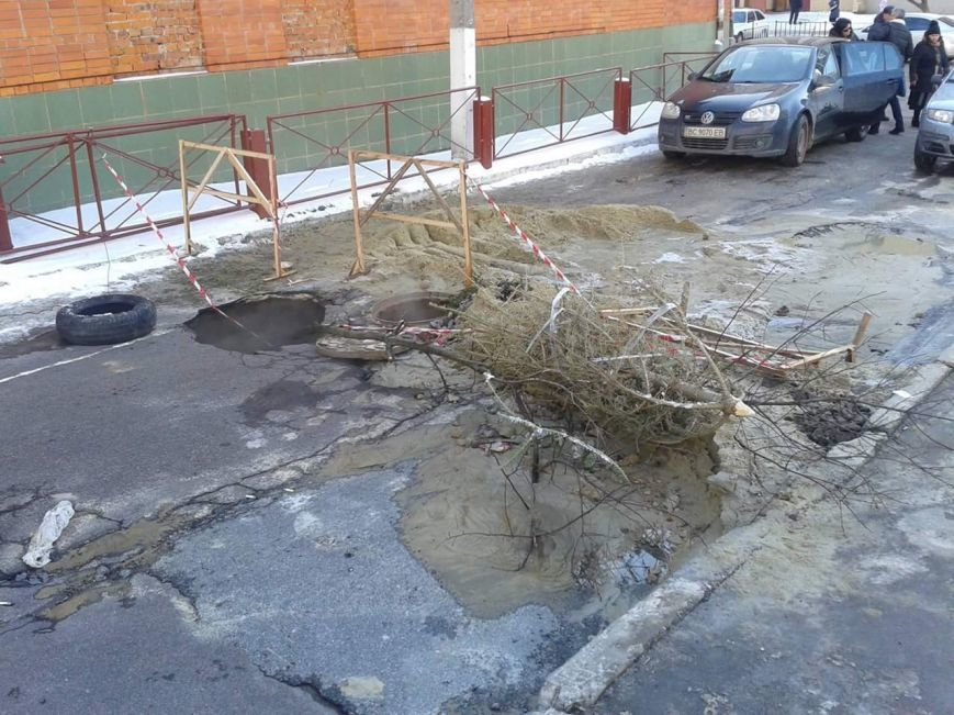 На Сихові через прорив теплотраси провалилася дорога (ФОТО) (фото) - фото 2