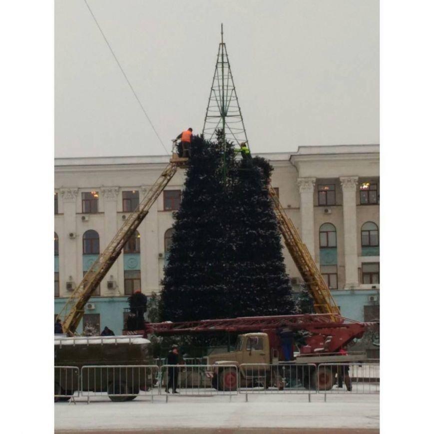 В Симферополе убирают городские новогодние елки (ФОТО) (фото) - фото 1