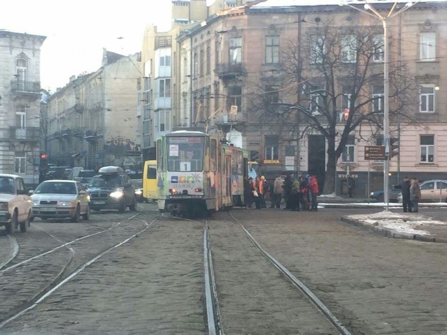 На перетині вулиць Сахарова-Коперніка зійшов з рейок трамвай (ФОТО) (фото) - фото 1