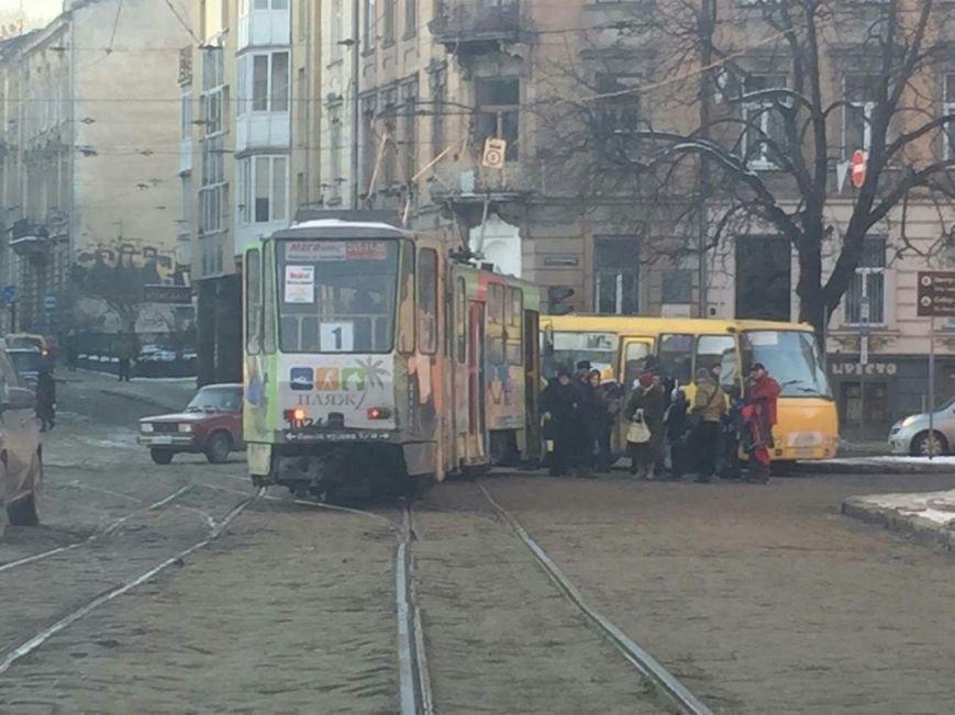 На перетині вулиць Сахарова-Коперніка зійшов з рейок трамвай (ФОТО), фото-1