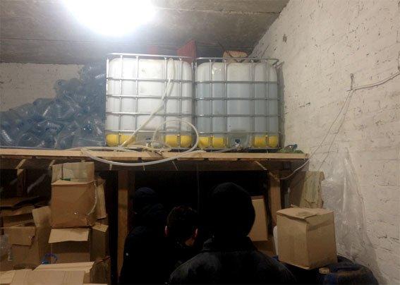 В Полтаве трое мужчин организовали подпольный цех по изготовлению алкоголя (фото) - фото 1
