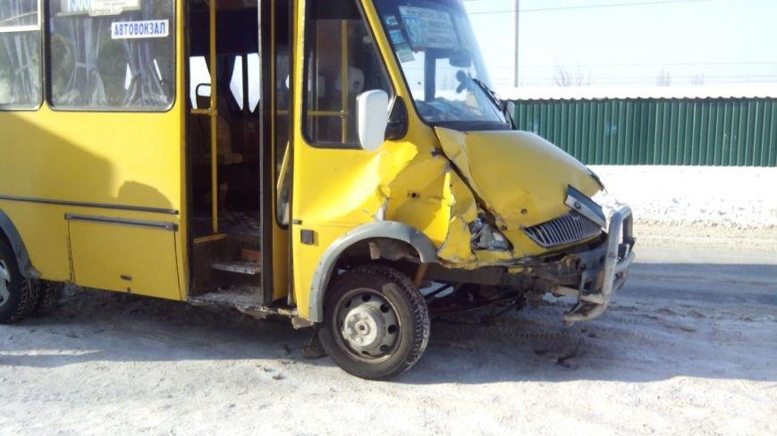Опасные обочины: В Кривом Роге водитель маршрутки ударил припаркованный «BMW» (фото) - фото 1