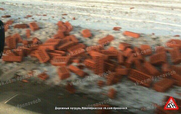 Огромную пробку на трассе М4-Дон спровоцировал грузовик, потерявший кирпичи (фото) - фото 2