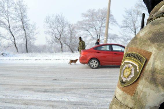 Чтобы избежать конфликтных ситуаций на блокпосту Краматорска идет видеофиксация работы полиции (фото) - фото 4