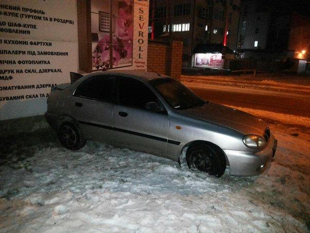 У Львові автомобіль в'їхав у стіну будинку. Опубліковано фото з місця події (ФОТО) (фото) - фото 5