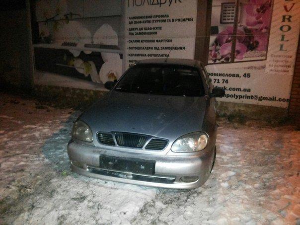 У Львові автомобіль в'їхав у стіну будинку. Опубліковано фото з місця події (ФОТО) (фото) - фото 2