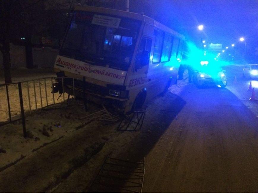 Через п'яного пішохода у ДТП потрапив автобус із пасажирами (ФОТО), фото-1