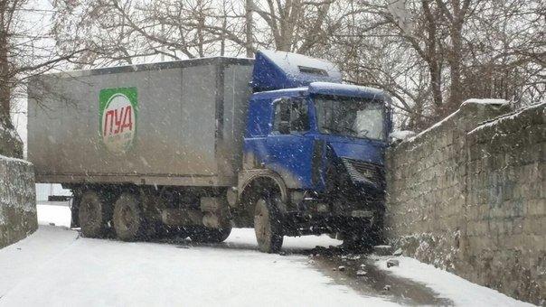 В снегопад в Ялте не обошлось без автомобильных аварий (фото) - фото 1