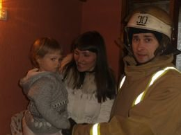 Краматорские спасатели открывали квартиру с двухлетней малышкой (фото) - фото 2