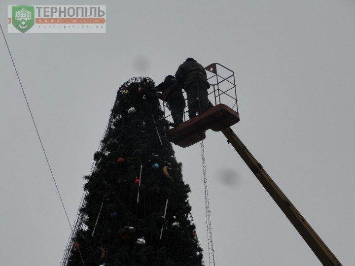 На Театральному майдані у Тернополі почали розбирати головну ялинку (фото) (фото) - фото 1