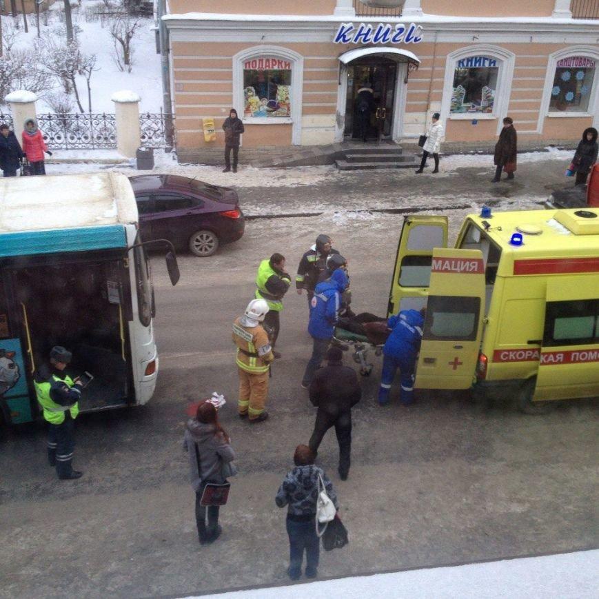 В Пушкине пожилая женщина попала под колеса автобуса (фото) - фото 1