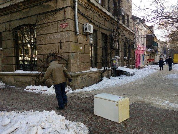 """06187bf8d340afe3d72b3a77dd4f7a29 В центре Одессы мужчина сегодня """"выгуливал""""... холодильник"""