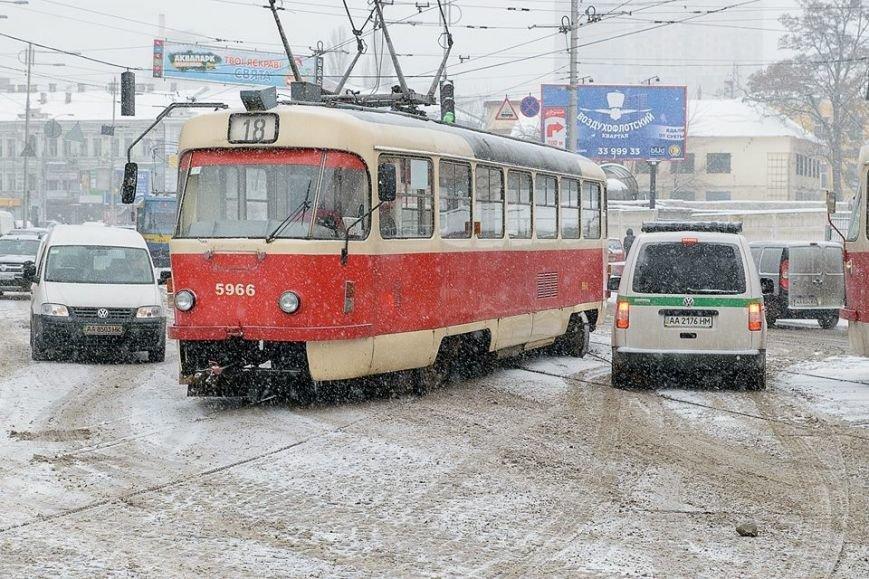 В Киеве трамвай сошел с рельсов из-за непогоды (ФОТО) (фото) - фото 1