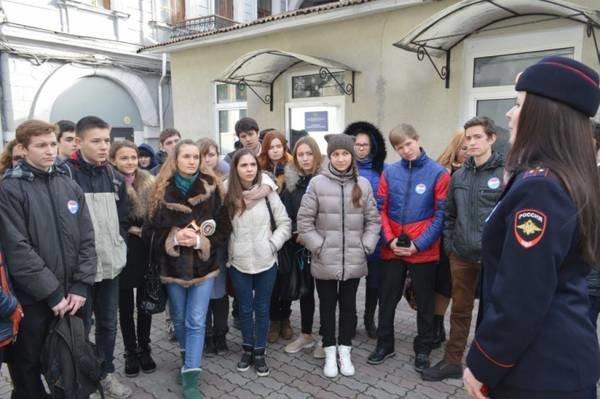 Ялтинским школьникам провели экскурсию по городскому управлению полиции, фото-1