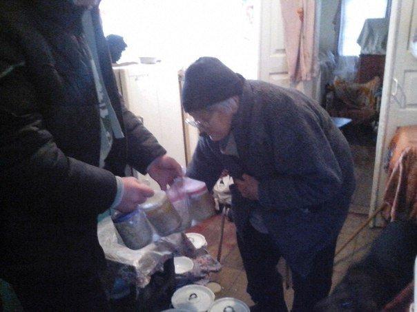 Волонтёры продолжают развозить горячие обеды нуждающимся авдеевцам (ФОТО) (фото) - фото 1