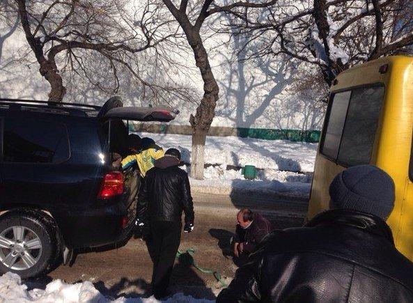 5f57b4827e23e816bbf2791056ee434f Одесский боксер Ломаченко вытянул из сугроба маршрутку