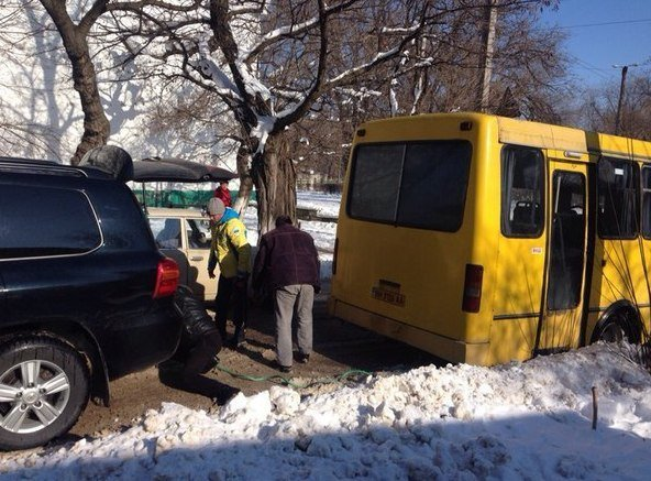 e1f1962bbab11246c5d55862d6954608 Одесский боксер Ломаченко вытянул из сугроба маршрутку