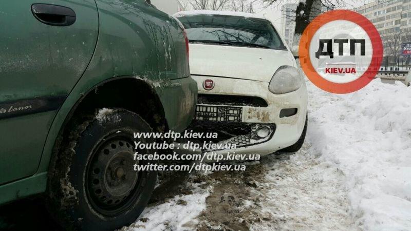 В Киеве девушка на Fiat травмировала клиента автомойки (ФОТО) (фото) - фото 1