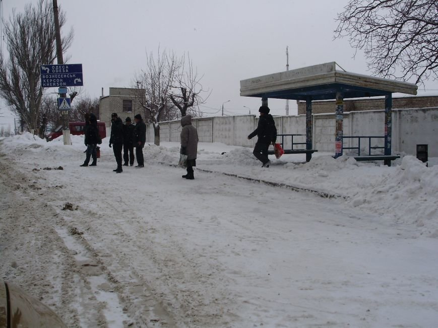 Николаевские коммунальщики расчистили от снега остановки в Соляных (ФОТО) (фото) - фото 4