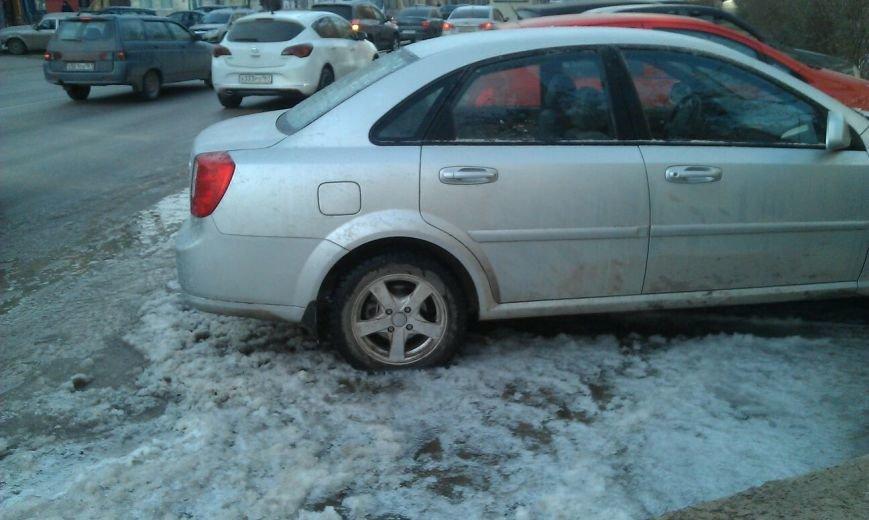 В центре Ростова из-за порыва водопровода машины вмерзли в дорогу, фото-1
