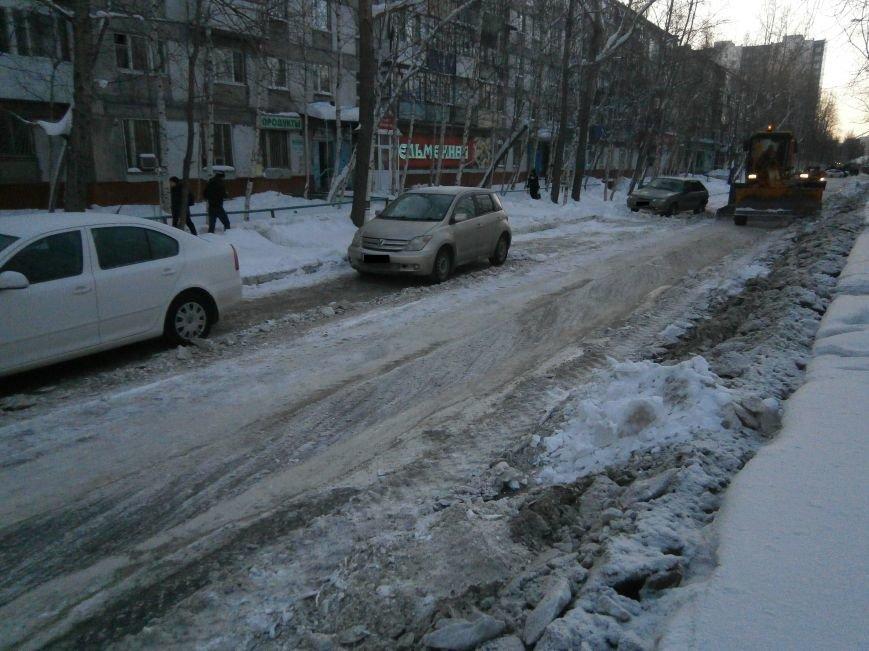 Автолюбители Нижневартовска вновь не освободили проезжую часть для уборки снега (фото) - фото 3