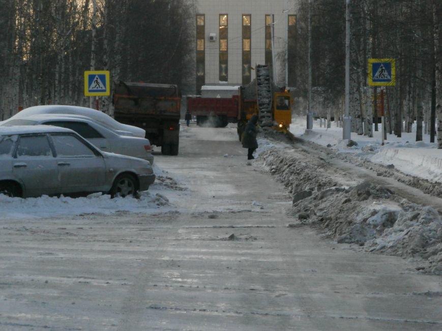 Автолюбители Нижневартовска вновь не освободили проезжую часть для уборки снега (фото) - фото 4