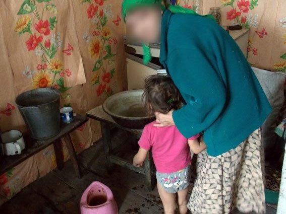 В Полтавской области 26-летняя женщина скрывалась от правоохранителей, чтобы у нее не забрали детей (фото) - фото 1