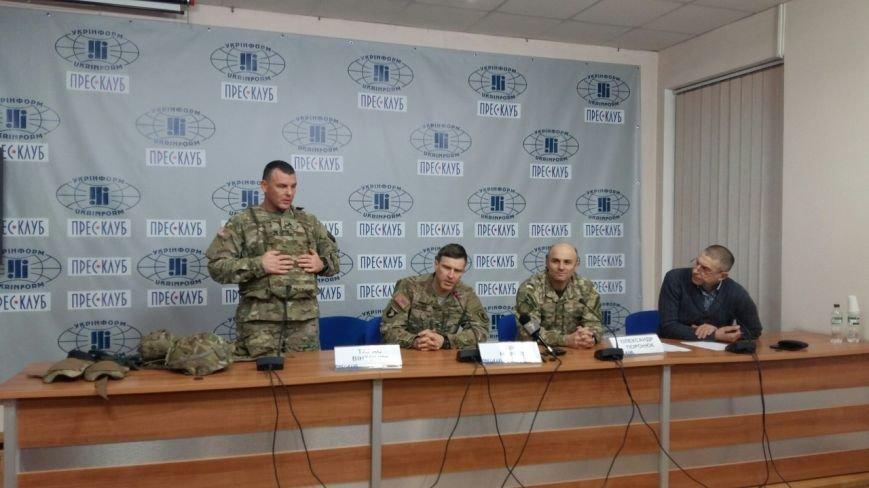 Американці у Львові продемонстрували, яким має бути екіпірування українських військових (ФОТО) (фото) - фото 2