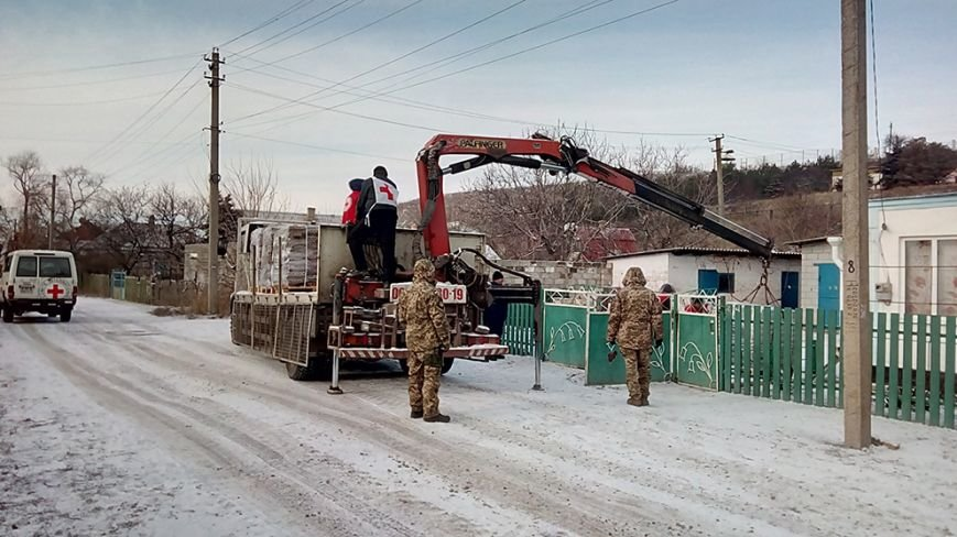 Прифронтовые села под Мариуполем получили посылки от волонтеров (ФОТО) (фото) - фото 1