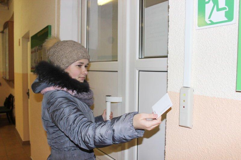 В школах Гродненской области заработали первые электронные проходные, через которые ученики могут пройти с помощью магнитной карточки (фото) - фото 1