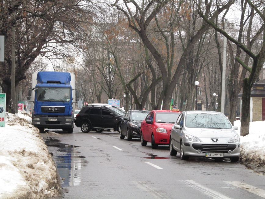 В Кременчуге водители бросают свои автомобили посреди улиц, блокируя движение общественного транспорта (ФОТО), фото-1