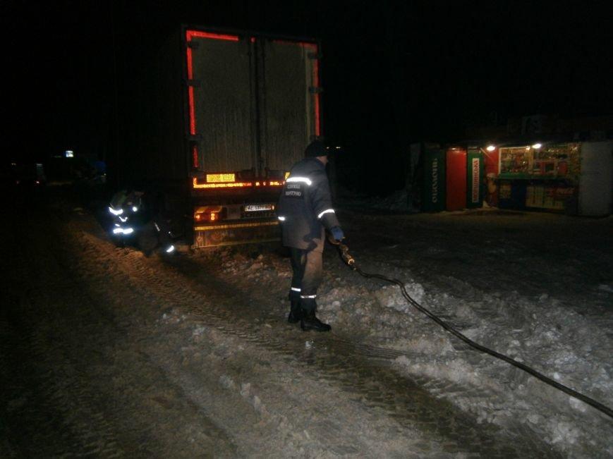 Кіровоградська область: наслідки негоди все ще змушують водіїв транспортних засобів шукати допомоги у рятувальників (ФОТО) (фото) - фото 1
