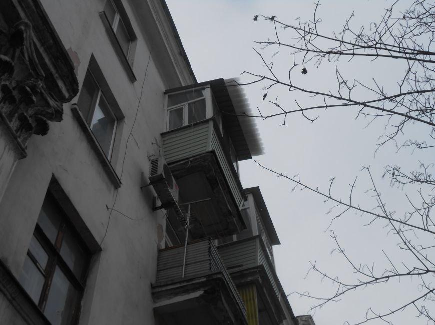 В Днепродзержинске упавший с крыши снег повредил конструкцию магазина (фото) - фото 1