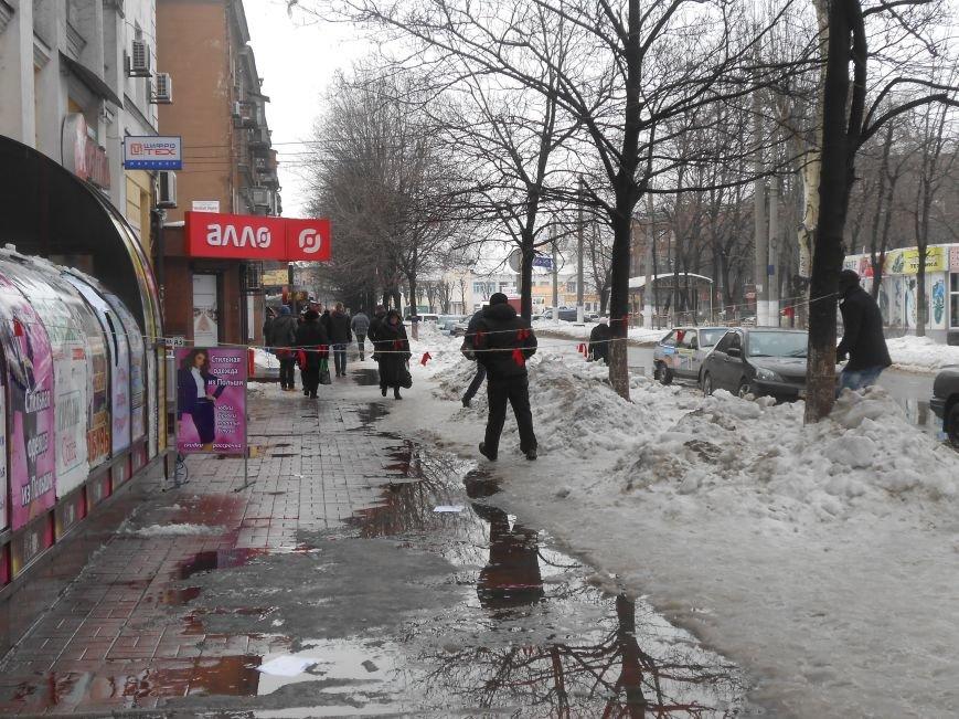 В Днепродзержинске упавший с крыши снег повредил конструкцию магазина (фото) - фото 2
