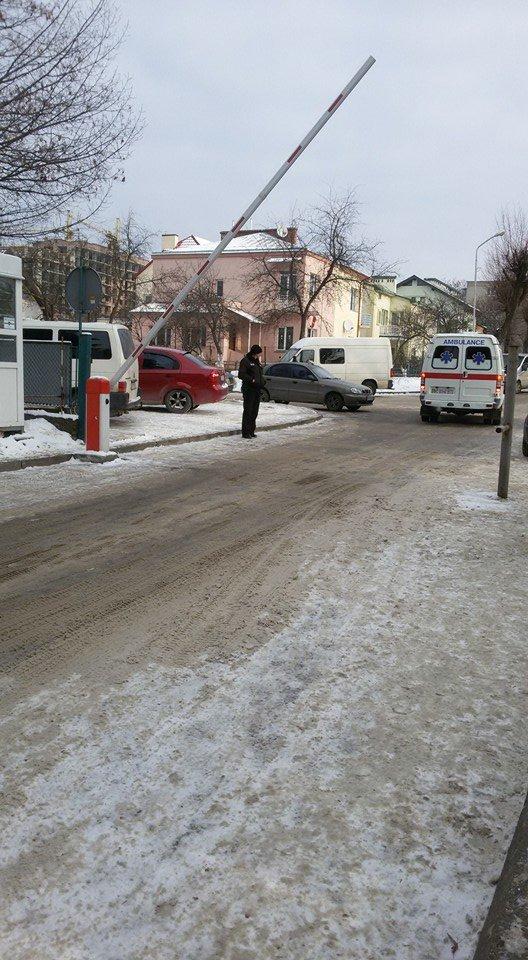 До Обласної дитячої лікарні у Львові охорона не пустила львів'янку із дитиною-інвалідом (ФОТО), фото-2