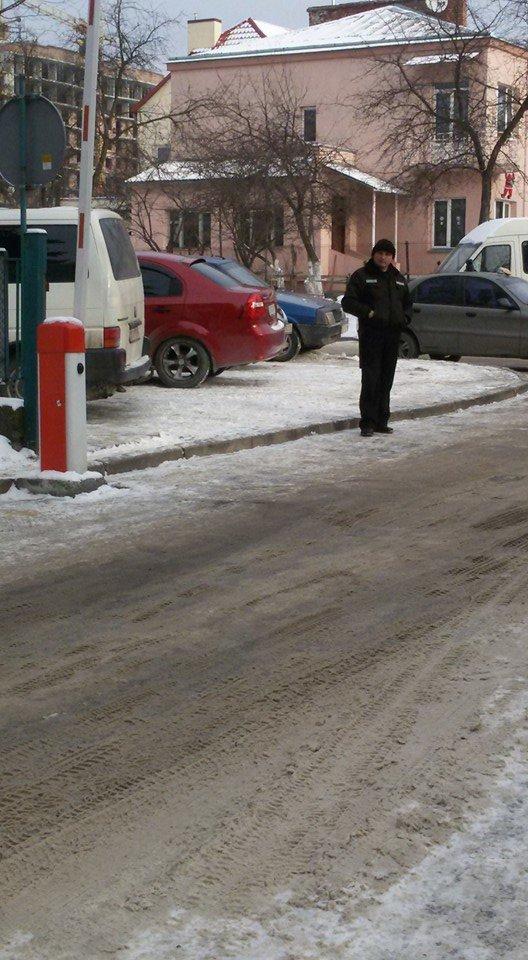 До Обласної дитячої лікарні у Львові охорона не пустила львів'янку із дитиною-інвалідом (ФОТО), фото-3