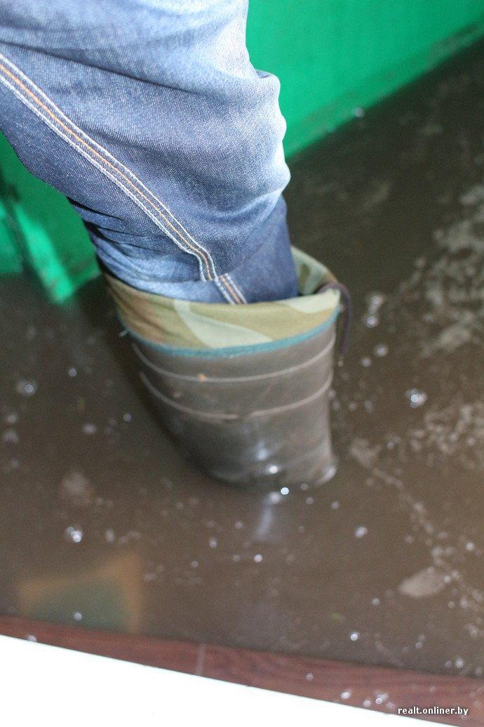 Подъезд в Полоцке превращается в море. «В ЖЭСе считают, что это нормально, а ливневый колодец чистят, когда петух клюнет» (фото) - фото 3
