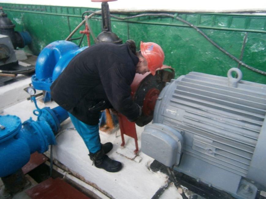 Добропольские водопроводчики устраняют утечки несмотря на погодные условия (фото) - фото 1