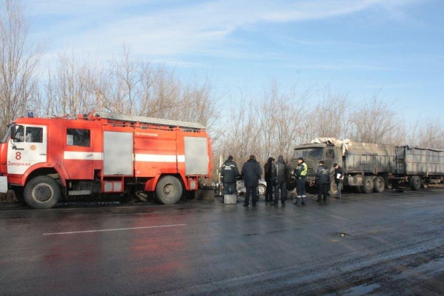 В Запорожской области КАМАЗ не разминулся с легковушкой: один погибший, - ФОТО (фото) - фото 1