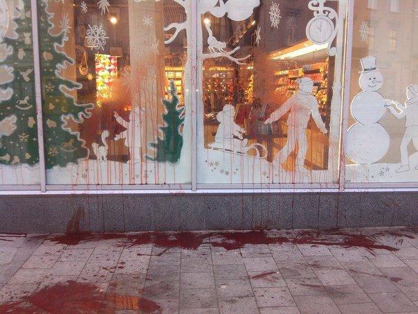 """Магазин """"Roshen"""" у центрі Львова облили червоною фарбою (ФОТО), фото-1"""