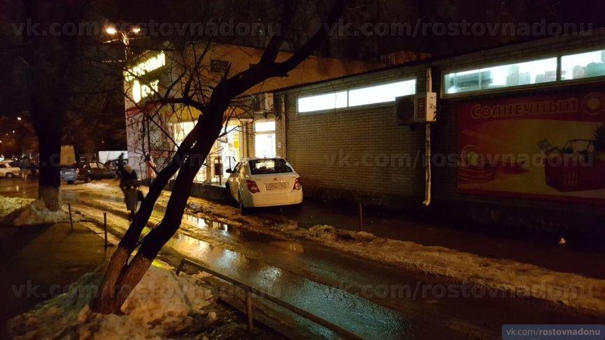 В Ростове пьяный водитель на скорости въехал в супермаркет (фото) - фото 1