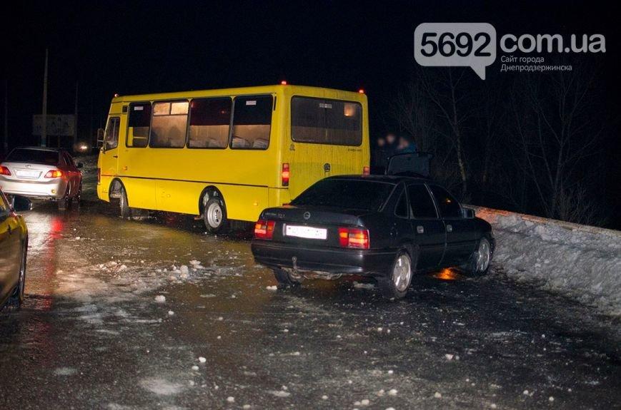 Массовое ДТП в Днепродзержинске: на левобережном мосту столкнулись 6 легковых авто и маршрутка (фото) - фото 1