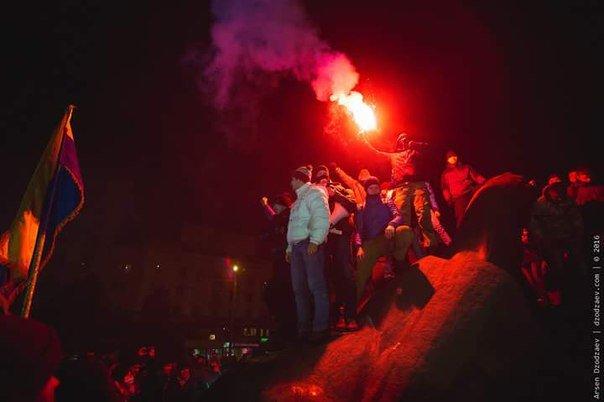 В Днепропетровске снесли памятник Петровскому (ФОТО, ВИДЕО) (фото) - фото 3