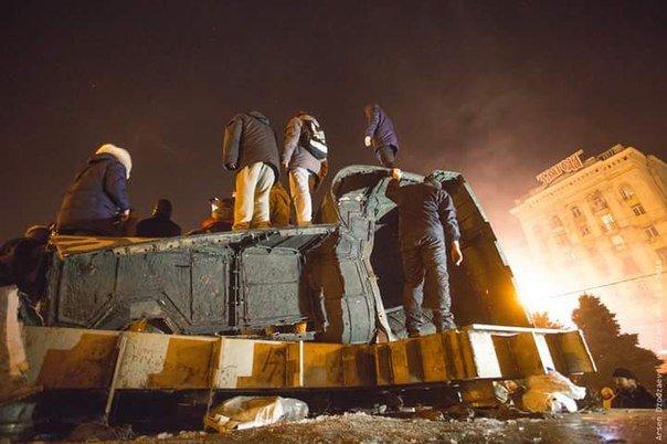 В Днепропетровске снесли памятник Петровскому (ФОТО, ВИДЕО) (фото) - фото 2