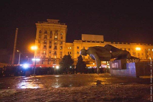 В Днепропетровске снесли памятник Петровскому (ФОТО, ВИДЕО) (фото) - фото 1