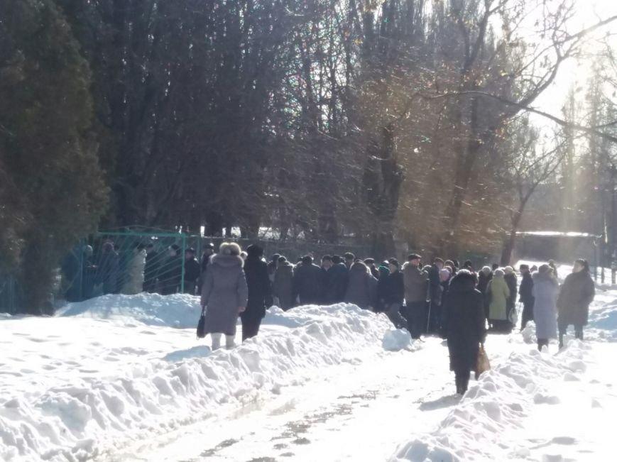 Сотни криворожан уже выстраиваются в очереди за обещанной
