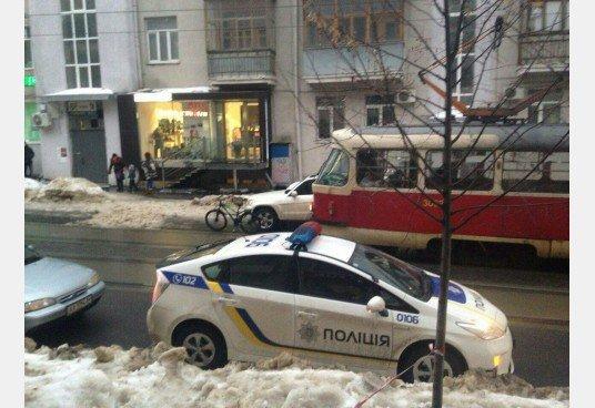 В Харькове Мерседес заблокировал движение трамваев: машину пришлось эвакуировать (ФОТО), фото-2